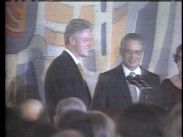 stockvideo's en b-roll-footage met president bill clinton and brazilian president fernando henrique cardoso shake hands at a press conference. int the presidents pose for a picture. - democratie
