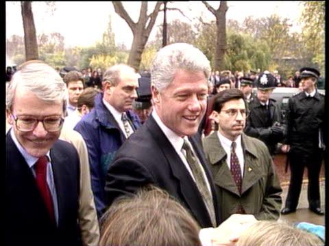 vídeos y material grabado en eventos de stock de president bill clinton and prime minister john major shake hands with well wishers downing street 29 nov 95 - primer ministro británico