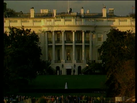 president bill clinton:; usa: washington dc: ext the white house - la casa bianca washington dc video stock e b–roll