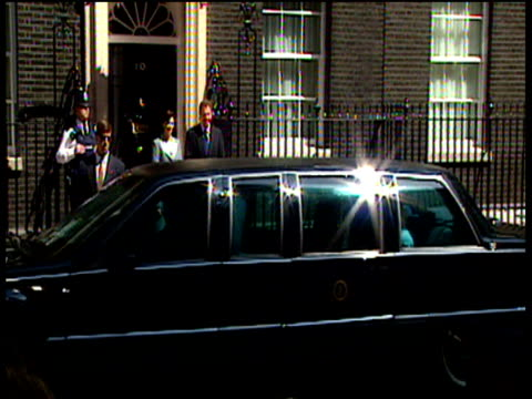 vídeos y material grabado en eventos de stock de president bill clinton's limousine pulls up outside 10 downing street clinton and wife hillary get out and greet prime minister tony blair and wife... - primer ministro británico