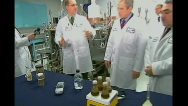 vídeos de stock, filmes e b-roll de president bush announcement on climate change file george w bush touring biofuel laboratory including statement to press in laboratory sot this will... - etanol