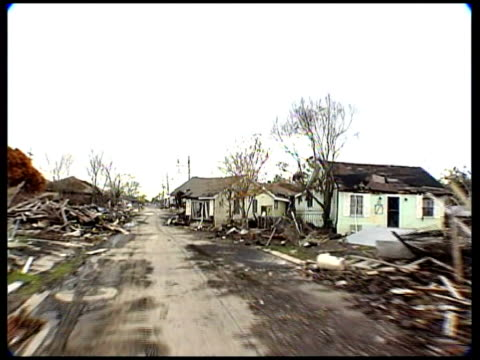 vidéos et rushes de president bush announcement on climate change; tx 3.1.2006 usa: louisiana: new orleans: ext collapsed houses in aftermath of hurricane katrina - louisiane