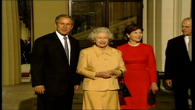 buckingham palace itn england london buckingham palace queen elizabeth and laura bush standing on steps chatting pan to lms prince philip and george... - 2001 stock-videos und b-roll-filmmaterial