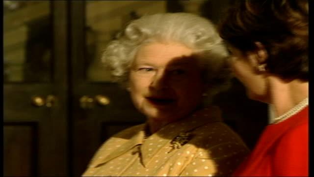 buckingham palace itn england london buckingham palace queen elizabeth ii awaiting us president george w bush / gv car along and president george w... - 2001 stock-videos und b-roll-filmmaterial