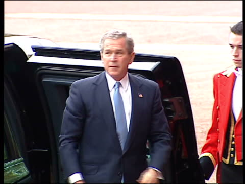 president bush state visit pool london buckingham palace bullet proof limousine carrying us president george wbush from back to front of palace gun... - limousine stock-videos und b-roll-filmmaterial