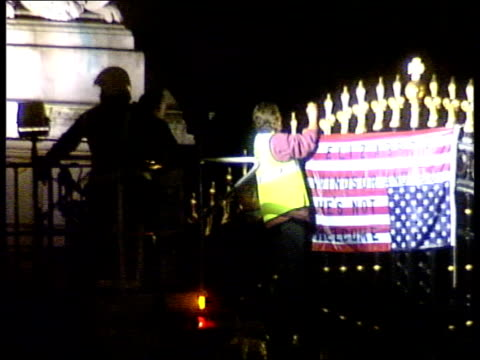protestor outside buckingham palace; itn england: london: ext/night anti-nuclear campaigner lindis percy tied to top of buckingham palace gates next... - guarding stock videos & royalty-free footage