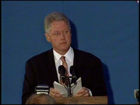 president clinton announcing strike in afghanistan at edgartown school in ma - anno 1998 video stock e b–roll
