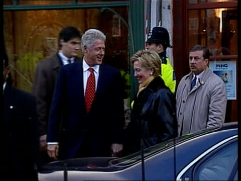 vídeos de stock, filmes e b-roll de final day of visit/trip to notting hill england london notting hill president bill clinton and wife hillary in notting hill - bill clinton