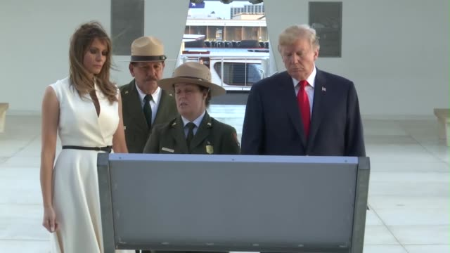 vídeos de stock e filmes b-roll de president donald j. trump visits the uss arizona memorial at pearl harbor, hawaii. the president is in hawaii to receive a briefing from u.s. pacific... - pacific war