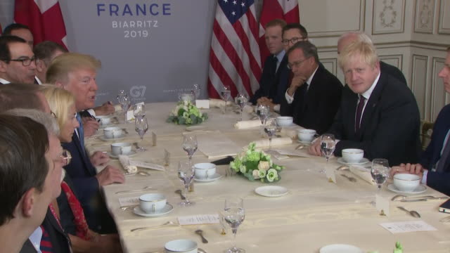 vídeos de stock, filmes e b-roll de president donald trump and prime minister boris johnson at meeting following trade talks at the g7 summit in biarritz trump says this is someone who... - biarritz