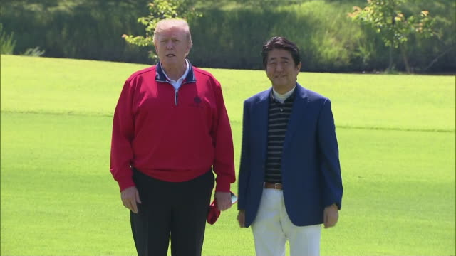 president donald trump arrives at the mobara country club golf course in japan and greets japanese prime minister shinzo abe. - sport点の映像素材/bロール