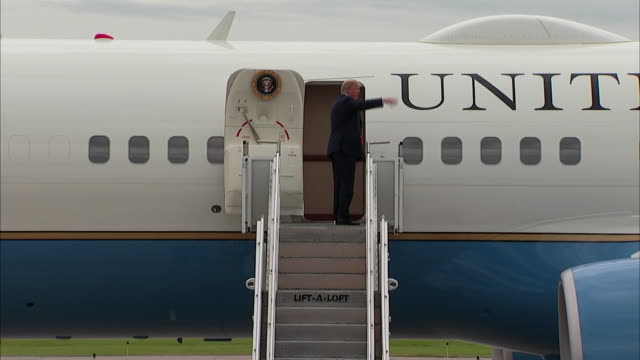 president donald trump boards air force one in minneapolis, minnesota with toilet paper attached to his shoe. - エアフォースワン点の映像素材/bロール