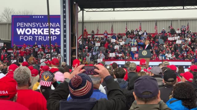 vidéos et rushes de president donald trump delivers remarks at a rally during the last full week of campaigning before the presidential election on october 26, 2020 in... - pennsylvanie