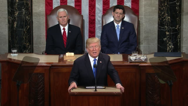 vidéos et rushes de president donald trump gives his first state of the union address to the country before a joint session of congress with the us senate and the house... - united states and (politics or government)