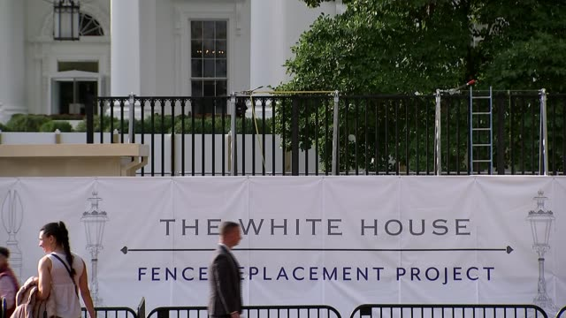 stockvideo's en b-roll-footage met president donald trump impeachment proceedings court orders release of tax returns usa washington dc ext sign on railings around the white house... - geheime dienstagent