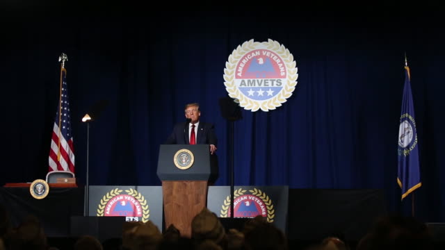 vidéos et rushes de us president donald trump speaking during 75th annual amvets convention louisville kentucky us on tuesday august 20 2019 - pupitre