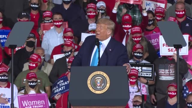 vídeos de stock e filmes b-roll de president donald trump speaks at a rally at harrisburg international airport on september 26, 2020 in middletown, pennsylvania. - eleições