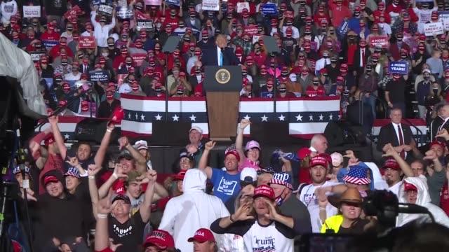 president donald trump speaks at a rally at harrisburg international airport on september 26, 2020 in middletown, pennsylvania, usa. - ペンシルベニア州点の映像素材/bロール