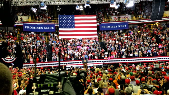 vidéos et rushes de us president donald trump speaks during a campaign rally for rep marsha blackburn and other tennessee republican candidates at the mckenzie arena... - élection