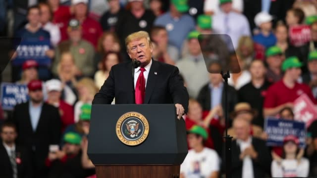 vidéos et rushes de president donald trump speaks to supporters at a campaign rally at the midamerica center on october 9 2018 in council bluffs iowa - pupitre