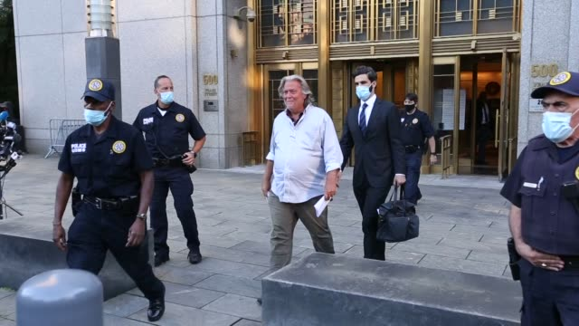 vídeos y material grabado en eventos de stock de president donald trump's former chief adviser steve bannon pleaded not guilty thursday to charges of fraud linked to an online fundraising campaign... - fraude