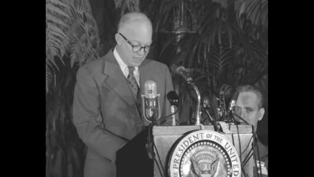 vídeos de stock, filmes e b-roll de us president dwight eisenhower at a meeting of the american society of newspaper editors / eisenhower on podium giving speech on peace and trust... - dwight eisenhower
