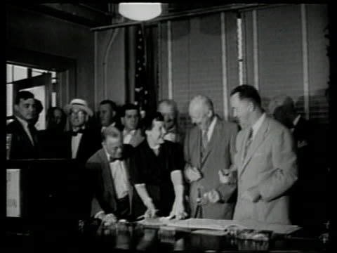 president eisenhower and first lady register to vote in november election / new york united states - anno 1954 video stock e b–roll