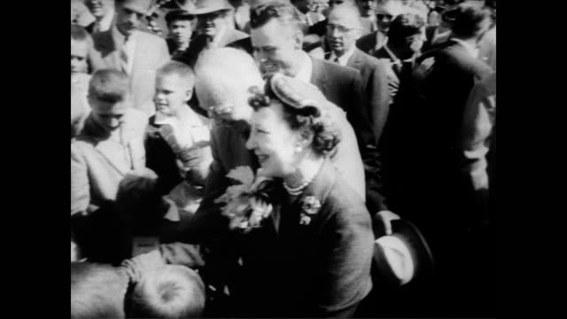 vidéos et rushes de / president eisenhower and his wife mamie eisenhower shake hands with the crowd at the national field days plowing matches / thousands of farmers in... - adlai stevenson