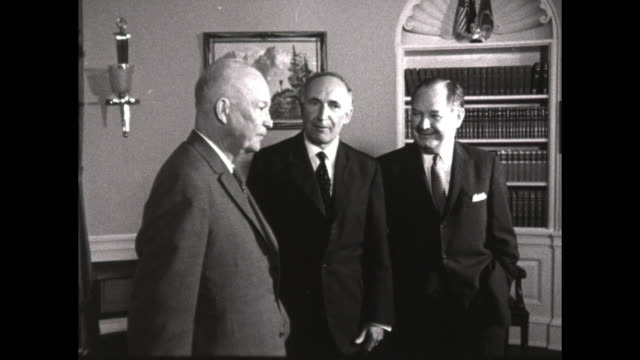 vídeos de stock, filmes e b-roll de president eisenhower talks to two men while being photographed the men walk out of the white house - dwight eisenhower
