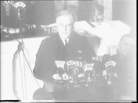vidéos et rushes de president franklin d roosevelt gives state of the union address / roosevelt in motorcade in front of capitol building / roosevelt addressing congress... - 1942
