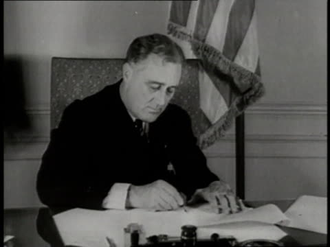 vídeos y material grabado en eventos de stock de president franklin d roosevelt signs a bill for a threeday bank holiday at a desk - franklin roosevelt