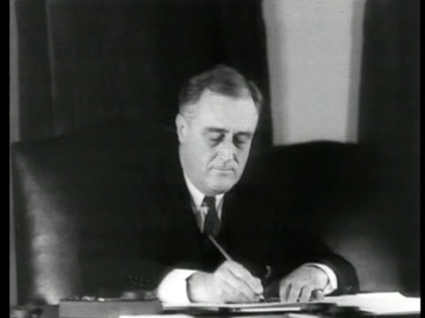 vídeos y material grabado en eventos de stock de president franklin d roosevelt sitting at desk writing w/ fountain pen - franklin roosevelt