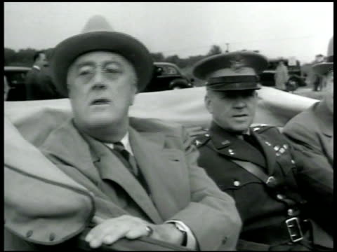 vídeos de stock e filmes b-roll de president franklin d roosevelt sitting in backseat of convertible car w/ unidentified officer - banco do passageiro