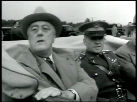 stockvideo's en b-roll-footage met president franklin d roosevelt sitting in backseat of convertible car w/ unidentified officer - passagiersstoel