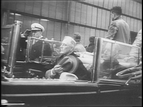 stockvideo's en b-roll-footage met president franklin d roosevelt smiles / soldiers in line present arms flags / fdr in car puts hat on / fdr motorcade begins to drive people lined up... - geheime dienstagent