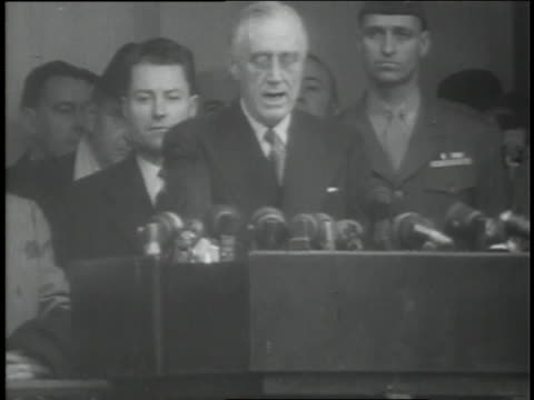 vídeos de stock, filmes e b-roll de u.s. president franklin d. roosevelt speaks to a large crowd after being sworn in to office. - preto e branco