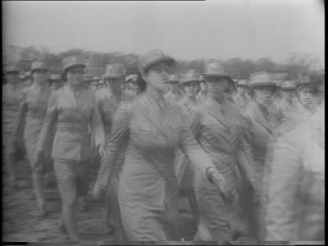 vídeos de stock e filmes b-roll de president franklin d roosevelt visits women's army in ft oglethorpe ga on way to mexico / 4000 women waacs cadets march for inspection / colonel... - cadete