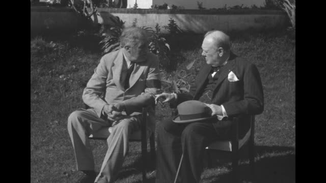 vídeos y material grabado en eventos de stock de president franklin roosevelt and british prime minister winston churchill sit for photo opportunity on lawn outside the anfa hotel during the... - franklin roosevelt