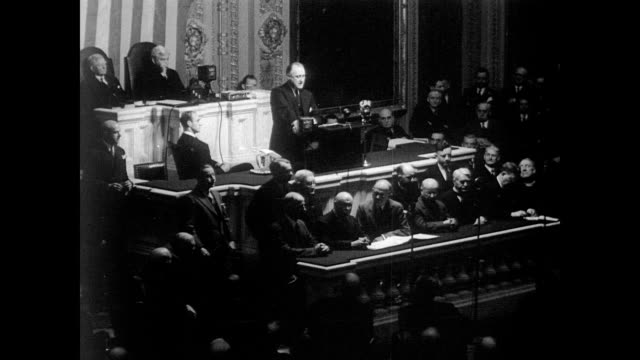 vídeos y material grabado en eventos de stock de / president franklin roosevelt stands before congress giving the state of the union speech / congress gives president standing ovation. president... - 1934