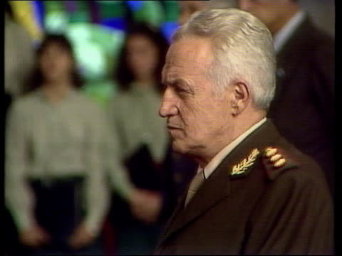 vidéos et rushes de president galtieri in church itn lib tx 17.4.82 admiral jorge anaya speaking at mike - argentina