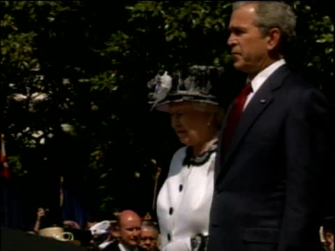 president george w bush and queen elizabeth ii stand side by side white house may 2007 - 隣り合わせ点の映像素材/bロール