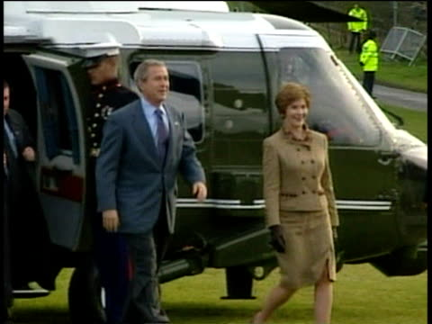 president george w bush and wife laura walk from marine one to greet tony and cherie blair cherie gives laura flowers on their visit to sedgefield;... - 2000年風格 個影片檔及 b 捲影像