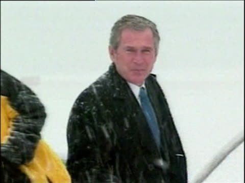 vidéos et rushes de president george w bush climbs steps to board aeroplane in heavy snow washington dc; dec 00 - style des années 2000