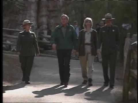 vídeos y material grabado en eventos de stock de president george w. bush visits sequoia national park and giant forest restoration site. - parque nacional de secoya