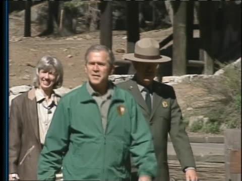 vídeos y material grabado en eventos de stock de president george w. bush visits the sequoia national park and giant forest restoration site. - parque nacional de secoya