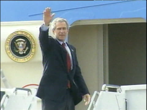 president george w bush waves goodbye before boarding air force one hillsborough castle belfast; apr 03 - 2000年風格 個影片檔及 b 捲影像