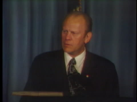 vídeos y material grabado en eventos de stock de us president gerald ford discusses inflation at a philadelphia party celebrating the 200th anniversary of the continental congress - benjamín franklin