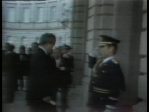 president gerald r. ford and japanese officials walk to a building in tokyo. - (war or terrorism or election or government or illness or news event or speech or politics or politician or conflict or military or extreme weather or business or economy) and not usa点の映像素材/bロール