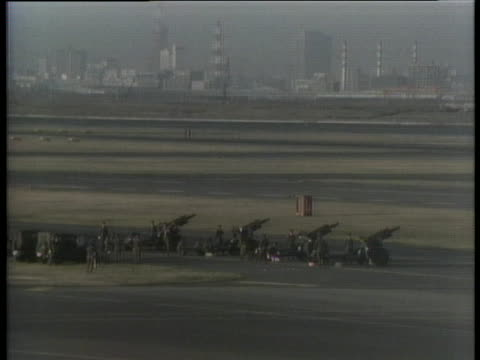 president gerald r. ford and secretary of state henry a. kissinger arrive in japan amid a welcoming ceremony. - (war or terrorism or election or government or illness or news event or speech or politics or politician or conflict or military or extreme weather or business or economy) and not usa点の映像素材/bロール