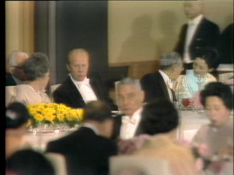 president gerald r. ford attends a formal banquet with japanese emperor hirohito. - 天皇点の映像素材/bロール
